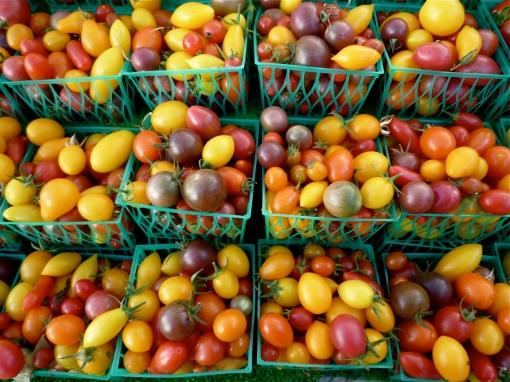 Colourful heirloom tomatoes at the farmer's market